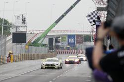 Checkered flag for Edoardo Mortara, Mercedes-AMG Team Driving Academy, Mercedes - AMG GT3
