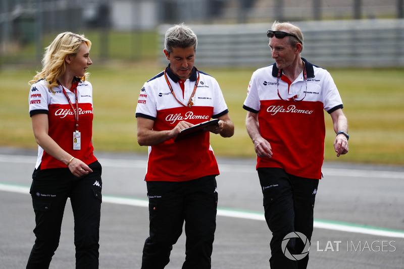 Il personale del team Sauber cammina lungo il circuito