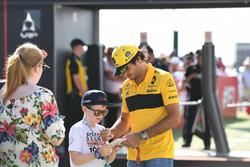 Carlos Sainz Jr., Renault Sport F1 Team signs autographs for the fans