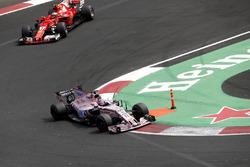 Sergio Perez, Sahara Force India VJM10 and Kimi Raikkonen, Ferrari SF70H battle