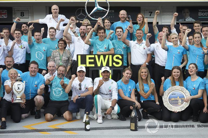 Valtteri Bottas, Mercedes AMG F1, el ganador Lewis Hamilton, Mercedes AMG F1, y el equipo Mercedes