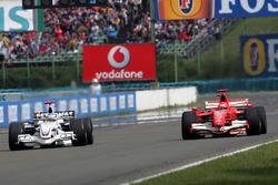 Ник Хайдфельд, BMW Sauber F1.06, и Михаэль Шумахер, Ferrari 248 F1