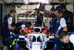 Ingegneri nel garage con Lance Stroll, Williams FW41