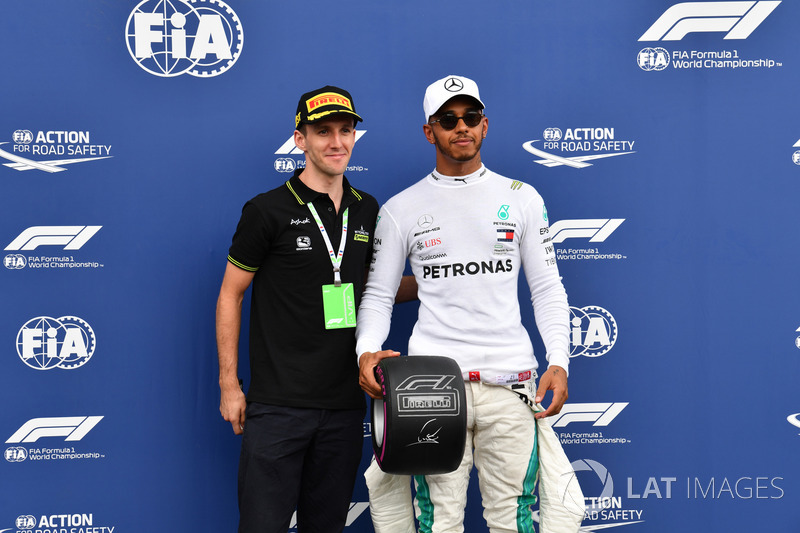 Lewis Hamilton, Mercedes-AMG F1 receives the Pirelli Pole Position Award from professional road cyclist Simon Yates