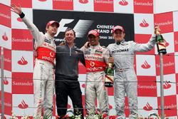 Podio: il secondo classificato Jenson Button, McLaren; Tim Goss, Chief Engineer McLaren, il secondo classificato Lewis Hamilton, McLaren, il terzo classificato Nico Rosberg, Mercedes GP
