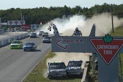 Fin de la course avec une collision entre John Hunter Nemechek, NEMCO Motorsports Chevrolet et Cole Custer, JR Motorsports Chevrolet.