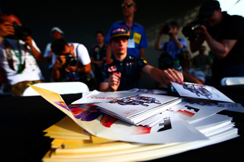 Листівки для автографів лежать перед Максом Ферстаппеном, Red Bull Racing