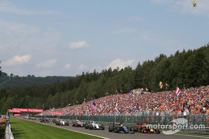 Nico Hulkenberg, Sahara Force India F1 VJM09 e Daniel Ricciardo, Red Bull Racing RB12 lottano per la