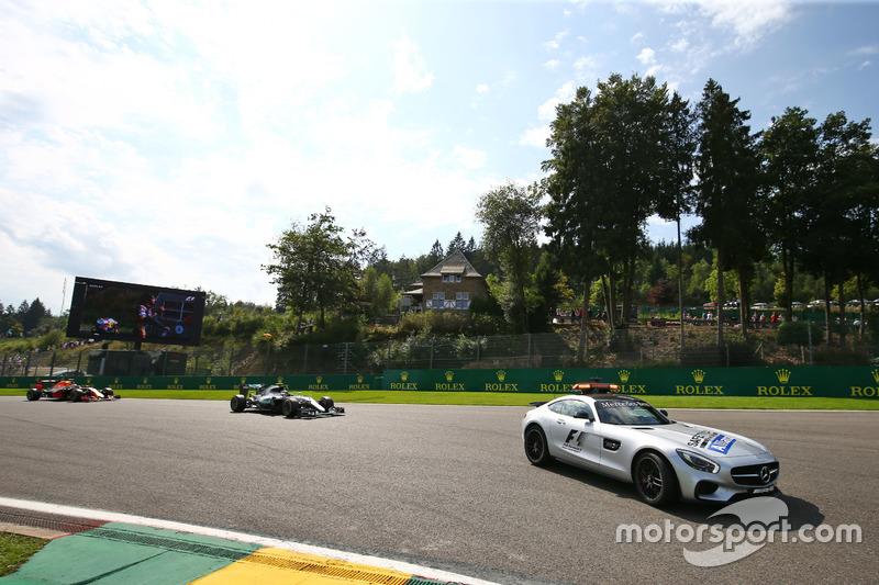 Nico Rosberg, Mercedes AMG F1 W07 Hybrid güvenlik aracının arkasında lider