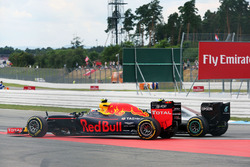 Zweikampf: Nico Rosberg, Mercedes AMG F1 W07 Hybrid; Max Verstappen, Red Bull Racing RB12