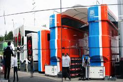 Les camions Manor Racing se reflètent dans le motorhome McLaren