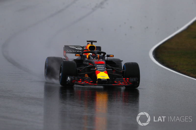 Daniel Ricciardo, Red Bull Racing RB14, spreads gravel onto the track after running wide