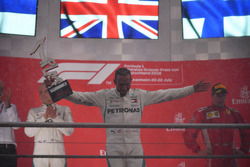 Podio: ganador de la carrera Lewis Hamilton, Mercedes-AMG F1 celebra