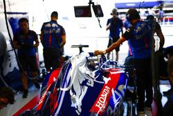 Ingegneri Toro Rosso al lavoro sulla monoposto di Brendon Hartley, Toro Rosso STR13