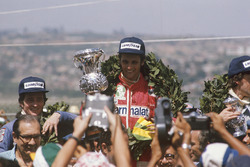Podio: Niki Lauda, Ferrari, Patrick Depailler, Tyrrell 007, Tom Pryce, Shadow