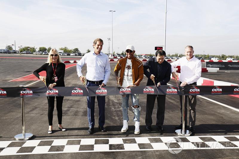 Керівник COTA Еп Стейн, Льюіс Хемілтон, Mercedes AMG F1, відкривають картодром