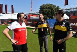 Julien Simon-Chautemps, Sauber Race Engineer and Cyril Abiteboul, Renault Sport F1 Managing Director