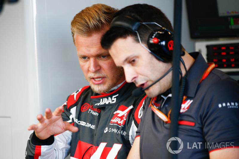 Kevin Magnussen, Haas F1 Team, talks to his engineer