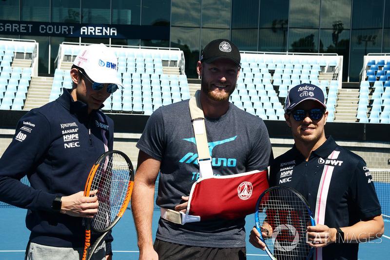 Esteban Ocon, Force India F1 e Sergio Perez, Force India con Sam Groth, tennista al Parco di Melbourne