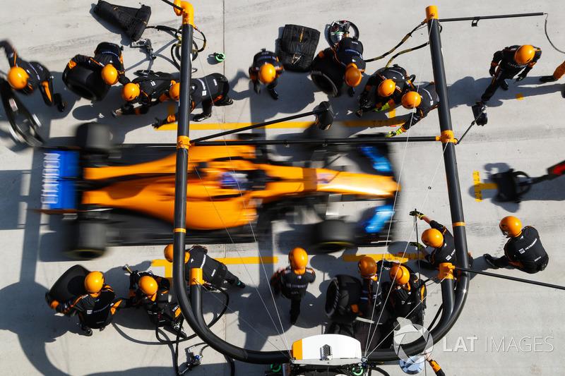 Fernando Alonso, McLaren MCL33 Renault, pit stop