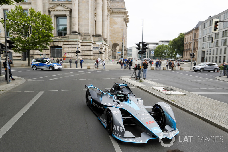 Kampiun Formula 1, Nico Rosberg, melibas jalanan Berlin dengan mobil baru Formula E
