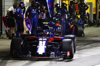 Pierre Gasly, Scuderia Toro Rosso STR13, makes a pit stop