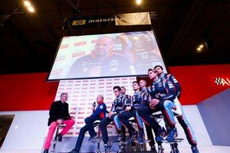 Il team Hyundai WRC parla con Colin Clark sul palco di Autosport