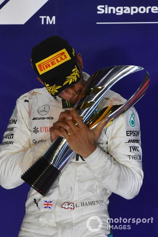 Il vincitore della gara Lewis Hamilton, Mercedes AMG F1, festeggia sul podio con il trofeo
