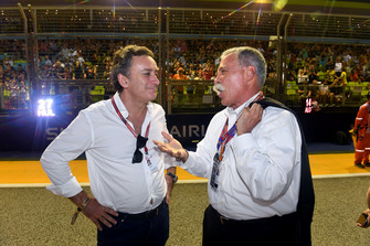 Alejandro Agag, CEO Formule E met Chase Carey, Chief Executive Officer Formula One Group op de grid