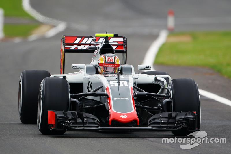 Leclerc también debuta en F1 en 2016, haciendo sus primeros test y entrenamientos libres con Haas, equipo vinculado a Ferrari.