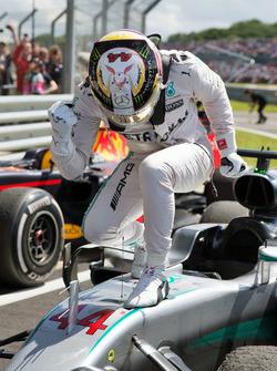 Race winner Lewis Hamilton, Mercedes AMG F1 W07 Hybrid celebrates parc ferme