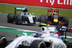 Нико Росберг, Mercedes AMG Petronas F1 W07, и Макс Ферстаппен, Red Bull Racing RB12
