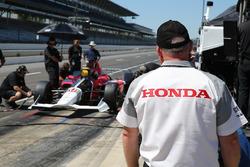 Honda-engineers bekijken de 2018 Honda IndyCar van Oriol Servia