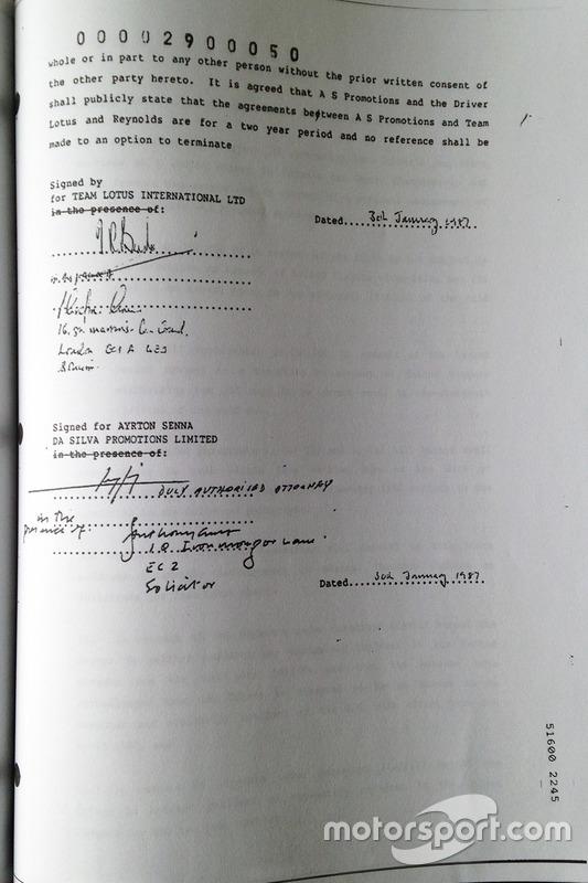 Firma de contrato de Ayrton Senna con Lotus