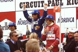 Podio: ganador de la carrera Alain Prost, Renault, segundo lugar Nelson Piquet, Brabham BMW, tercer lugar Eddie Cheever, Renault, y el Presidente de la FIA Jean-Marie Balestre