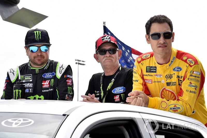 Kurt Busch, Stewart-Haas Racing Ford, Joey Logano, Team Penske Ford