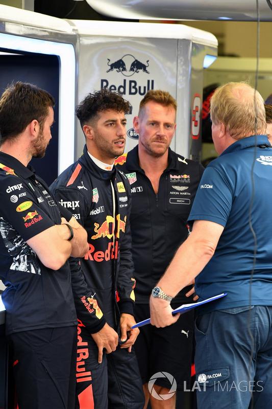 Simon Rennie, Renningenieur, Red Bull Racing, Daniel Ricciardo, Red Bull Racing und Jo Bauer, FIA-Sicherheitsdelegierter