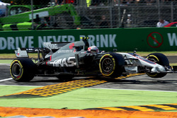 Kevin Magnussen, Haas F1 Team VF-17 runs wide and jumps the kerb