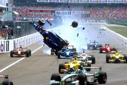 Unfall: Luciano Burti, Prost AP04, Michael Schumacher, Ferrari F2001