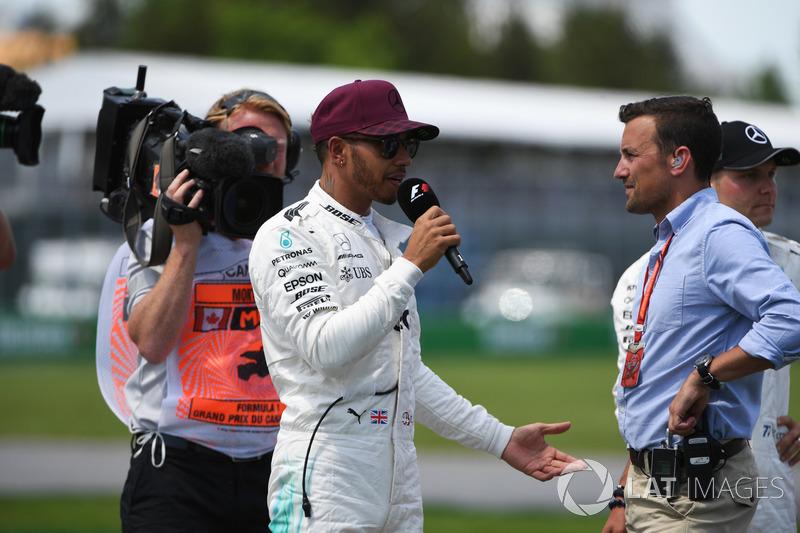 Обладатель поула Льюис Хэмилтон, Mercedes AMG F1, и комментатор NBC Уилл Бакстон