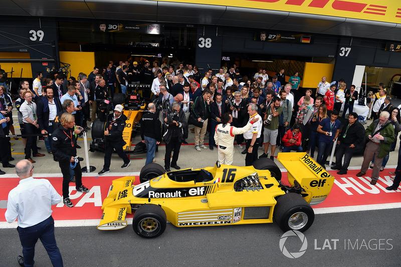 Jerome Stoll, Direktur Renault Sport F1, dan René Arnoux berdiri di depan RS01.