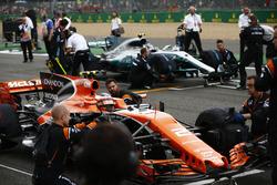 Stoffel Vandoorne, McLaren MCL32, se positionne devant Valtteri Bottas, Mercedes AMG F1