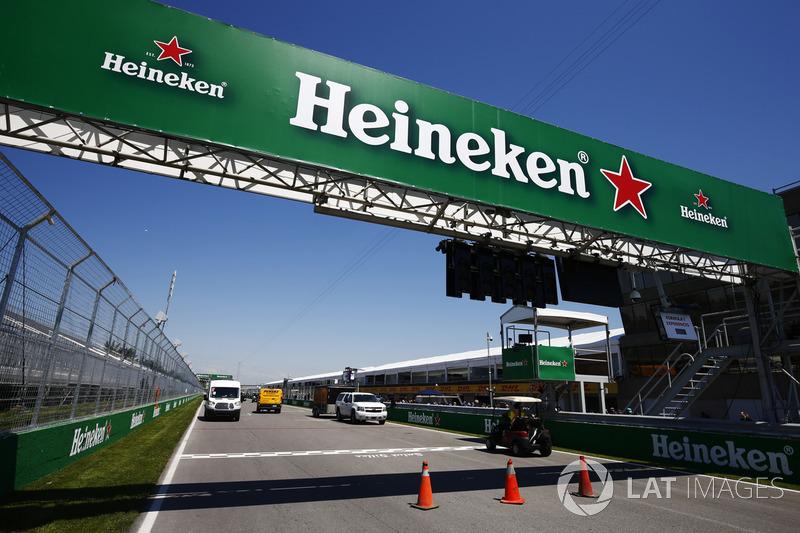 Heineken-Werbung an der Bücke über die Start-Zielgerade des Circuit Gilles Villeneuve.