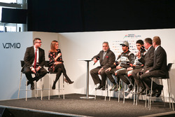David Croft y Natalie Pinkham entrevistan a Vijay Mallya, Esteban Ocon y Sergio Pérez en el lanzamiento de Sahara Force India