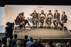 Vijay Mallya mit den Formel-1-Fahrern von Force India