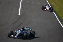 Valtteri Bottas, Mercedes AMG F1 W08, Sergio Pérez, Sahara Force India F1 VJM10