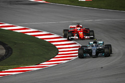 Valtteri Bottas, Mercedes-Benz F1 W08 et Sebastian Vettel, Ferrari SF70H