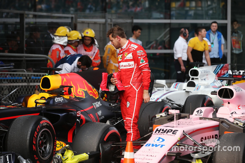 Sebastian Vettel, Ferrari; betrachtet das Auto von Daniel Ricciardo, Red Bull Racing RB13; im Parc Ferme
