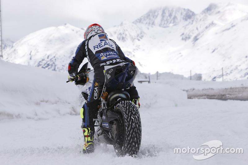 Emilio Zamora, pilote de stunt, au guidon de la moto du team Avintia Racing