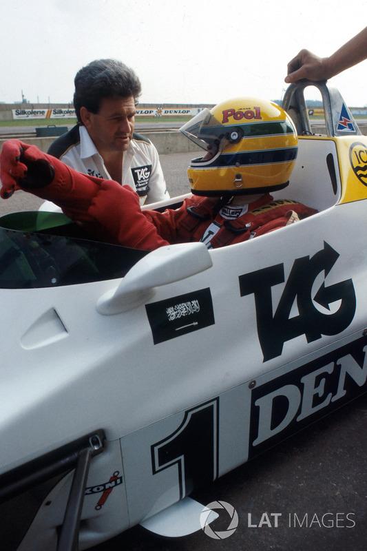 Ayrton Senna, recibe instrucciones de finales de manager del equipo Williams Allan Challis antes de su primera vuelta en el Williams FW08C
